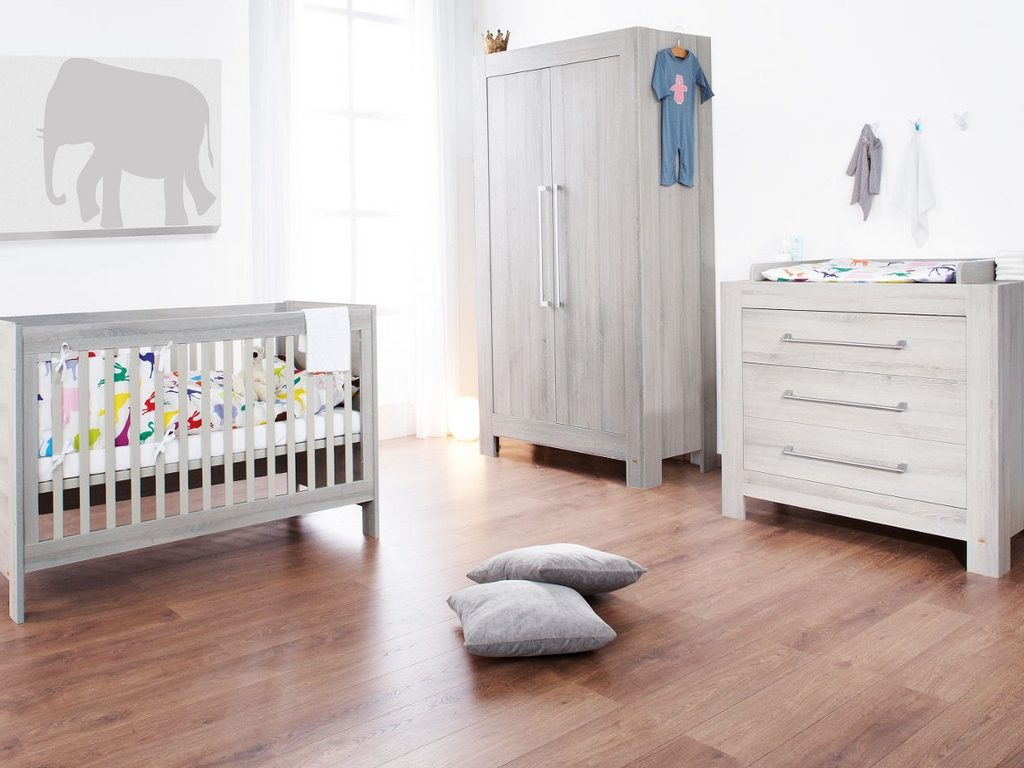 Habitación de bebé con muebles blancos