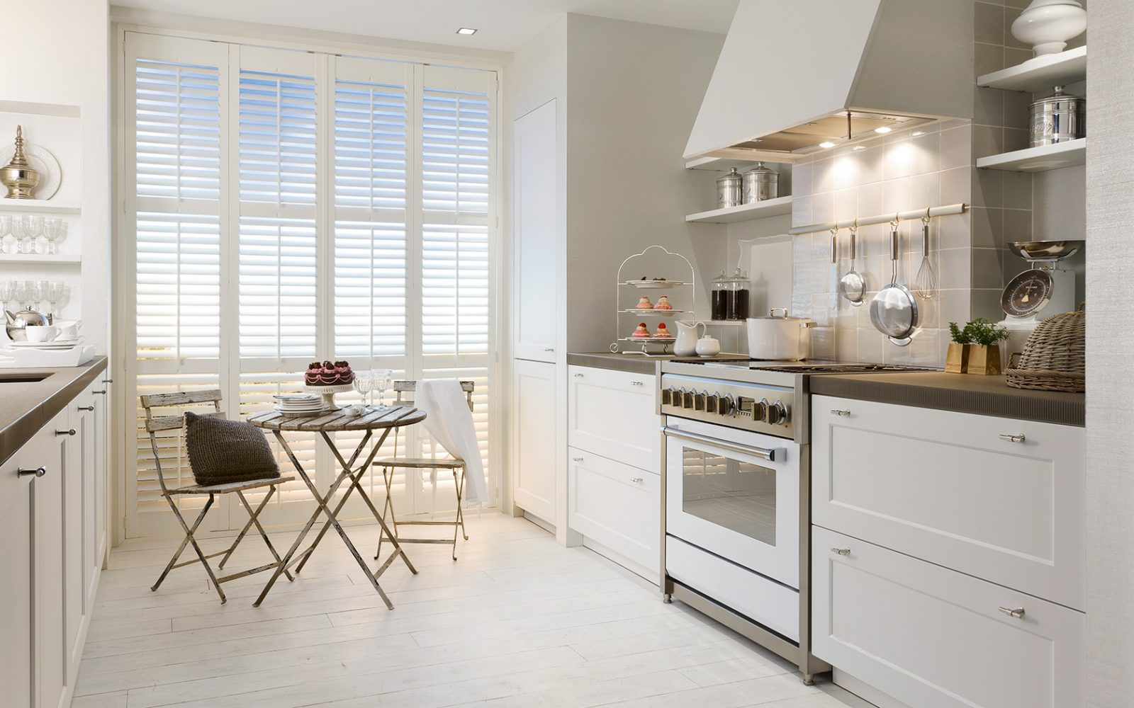 Galer a de im genes decoraci n de cocinas cl sicas for Cocinas modernas blancas precios